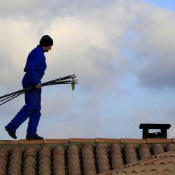 Le ramonage de la cheminée ce fait aussi par le toit.
